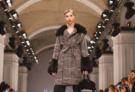 Foto per KYIV, UKRAINE - FEBRUARY 7, 2018: Model presents a creation by designer BENDUS during 42nd Ukrainian Fashion Week season Fall/Winter 2018/19 at Mystetskyi Arsenal in Kyiv, Ukraine - Immagine Royalty Free