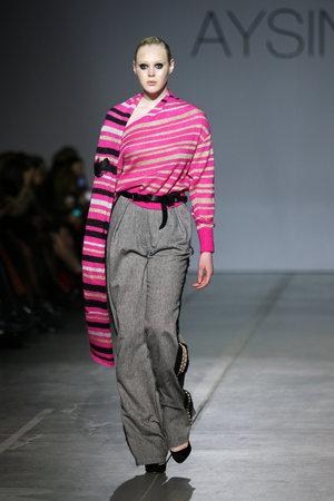 Foto per KYIV, UKRAINE - FEBRUARY 3, 2019: Model presents a creation by designer Julia AYSINA during 44th Ukrainian Fashion Week season Fall/Winter 2019/20 at Mystetskyi Arsenal in Kyiv, Ukraine - Immagine Royalty Free