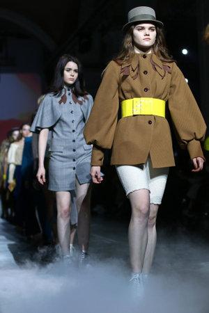 Foto per KYIV, UKRAINE - FEBRUARY 4, 2019: Models present a creation by designer KATERINA RUTMAN during the 44th Ukrainian Fashion Week season Fall/Winter 2019/20 at Mystetskyi Arsenal in Kyiv, Ukraine - Immagine Royalty Free