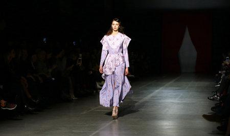 Foto per KYIV, UKRAINE - FEBRUARY 5, 2019: Model presents a creation by designer DARJA DONEZZ during 44th Ukrainian Fashion Week season Fall/Winter 2019/20 at Mystetskyi Arsenal in Kyiv, Ukraine - Immagine Royalty Free
