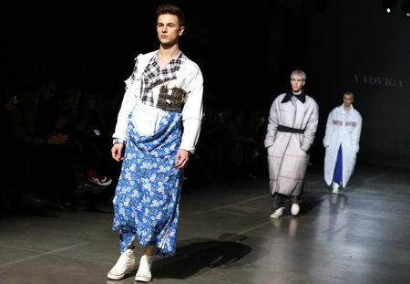 Foto per KYIV, UKRAINE - FEBRUARY 5, 2019: Models present a creation by designer YADVIGA NETYKSHA during 44th Ukrainian Fashion Week season Fall/Winter 2019/20 at Mystetskyi Arsenal in Kyiv, Ukraine - Immagine Royalty Free