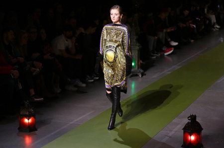 Foto per KYIV, UKRAINE - FEBRUARY 5, 2019: Model presents a creation by ANDI during the 44th Ukrainian Fashion Week season Fall/Winter 2019/20 at Mystetskyi Arsenal in Kyiv, Ukraine - Immagine Royalty Free