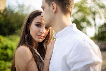 Photo pour Young white couple in park european man and dark long hair woman - image libre de droit