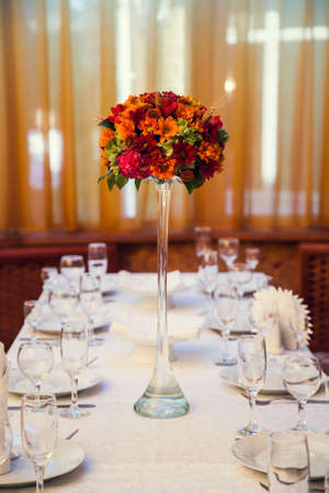 Foto für Autumn bouquet of flowers decorates the festive table in the restaurant. - Lizenzfreies Bild