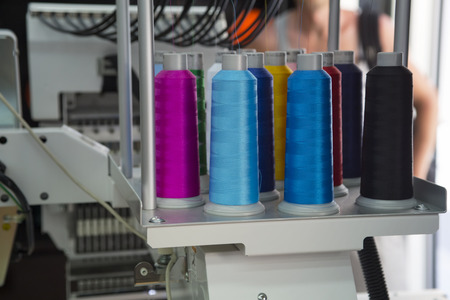 Photo pour Embroidery machine with spools of color threads - image libre de droit