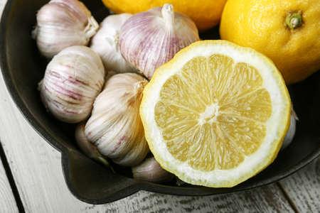 Foto für lemon and garlic on a black plate. Vitamin C. - Lizenzfreies Bild