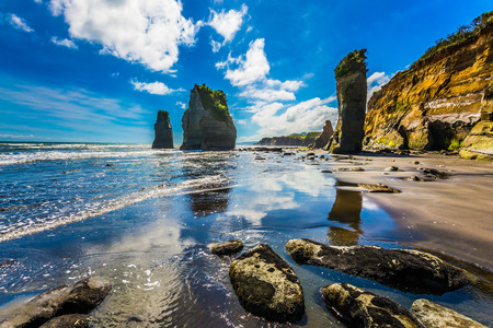 Photo pour Famous rocks Three Sisters on the Pacific coast. North Island, New Zealand. The concept of ecological and phototourism - image libre de droit