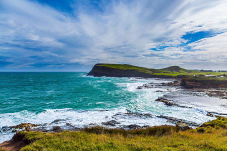 Photo pour The majestic and cold beauty of the New Zealand south. Caitlins Scenic Road. Sunset of South island. Rocky and stone shores of the ocean. The concept of ecological and photo tourism - image libre de droit