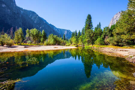 Photo pour Charming little lake in the Yosemite Valley. Yosemite Park is located on the slopes of the Sierra Nevada. The El Capitan and trees is reflected in the smooth water - image libre de droit