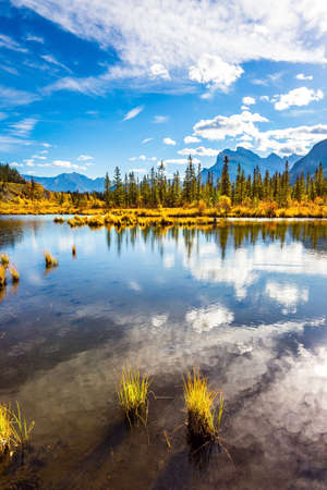 Photo pour Lake Vermillon among the yellow fall grass, birches and aspens. Indian summer in the Rocky Mountains. Grandiose landscape in the Canada. The concept of photo tourism - image libre de droit