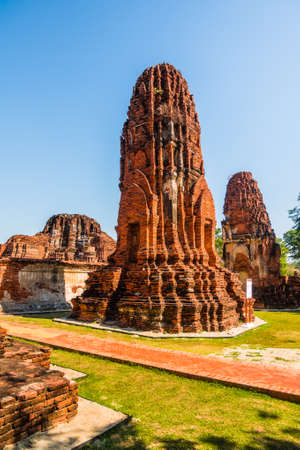 Photo pour Pagoda at Ayutthaya Historical Park on a Sunny Day in Ayutthaya Province, Thailand. Architecture of Old Thai Capital City. - image libre de droit