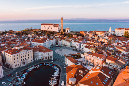 Photo pour Aerial panorama of beautiful Slovenian city of Piran - image libre de droit