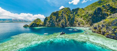 Photo pour Aerial view of beautiful lagoons and limestone cliffs of Coron, Palawan, Philippines - image libre de droit