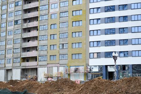 Photo pour Large concrete cement modern under construction new modern monolithic frame-block house building with windows, walls and balconies. - image libre de droit