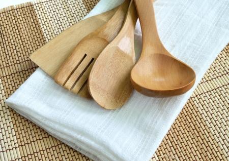Photo pour Wooden cooking utensils on wood background - image libre de droit