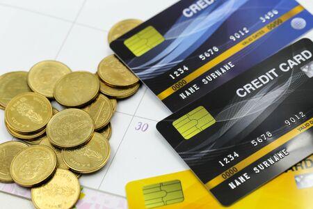 Photo pour Credit card with Stacks of coins  golden sparkle - image libre de droit