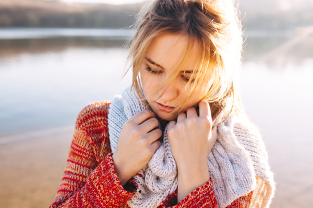 Photo pour Sad hipster young girl feeling cold alone at a lake. Alone teenage girl in a cold weather. - image libre de droit