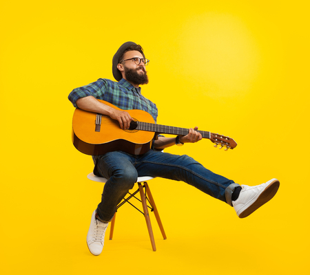 Photo pour Hipster man with guitar - image libre de droit