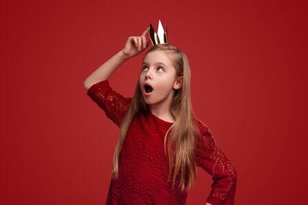 Photo pour Amazed girl touching crown - image libre de droit