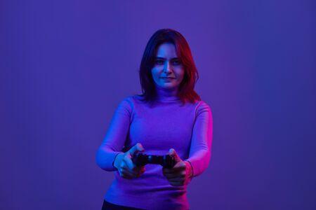 Photo pour Serious female playing video games - image libre de droit