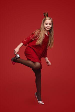 Foto de Little princess putting on shoes - Imagen libre de derechos