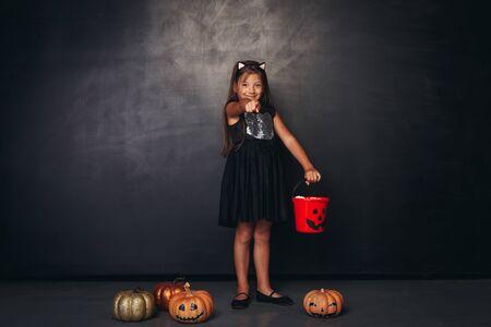 Foto de Kid trick or treating during Halloween party - Imagen libre de derechos