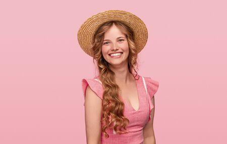 Photo pour Optimistic female in summer outfit - image libre de droit