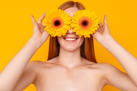 Photo pour Young natural woman playing with bright flowers - image libre de droit