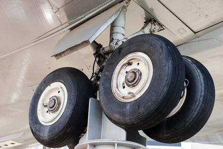 Photo pour Landing gear at aircraft graveyard - image libre de droit