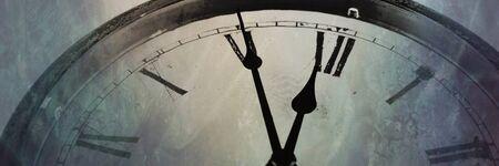 Photo pour Panoramic image Retro clock with five minutes before twelve - image libre de droit