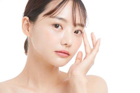 Photo pour Beauty portrait of a young Asian woman with a white background - image libre de droit
