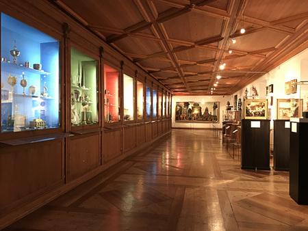 Foto de Innsbruck, Austria - October 31, 2018:  Decoration and items that are exhibited in The Chamber of Art and Wonders of Archduke Ferdinand II in Ambras Castle (Schloss Ambras Innsbruck). - Imagen libre de derechos