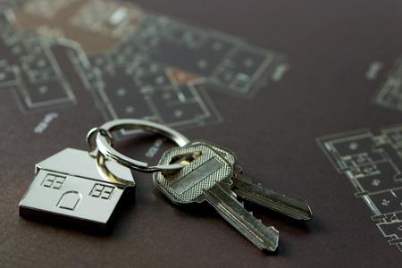 Photo pour House keys on real estate floor plan - image libre de droit