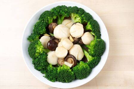Photo pour Top view stir fried fresh scallops with broccoli and mushroom, Chinese style - image libre de droit