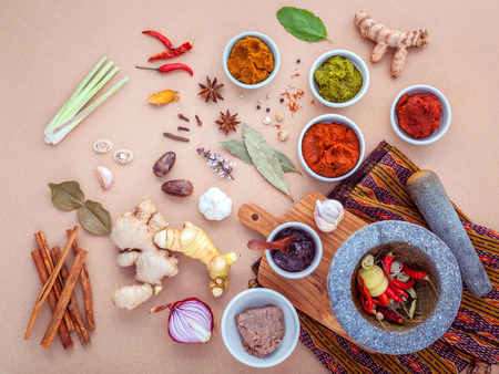Photo pour Assortment of Thai food Cooking ingredients and Paste of thai popular food red curry and green curry. - image libre de droit