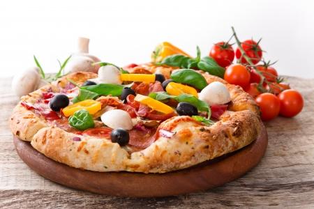 Photo pour Delicious italian pizza served on wooden table - image libre de droit