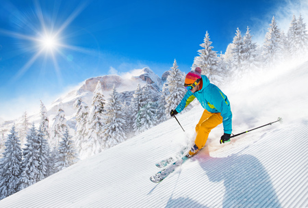 Photo pour Skier skiing downhill in high mountains - image libre de droit