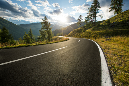 Photo pour Asphalt road in Austria, Alps in a summer day. - image libre de droit