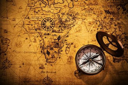 Photo pour Old vintage navigation equipment on old world map. - image libre de droit
