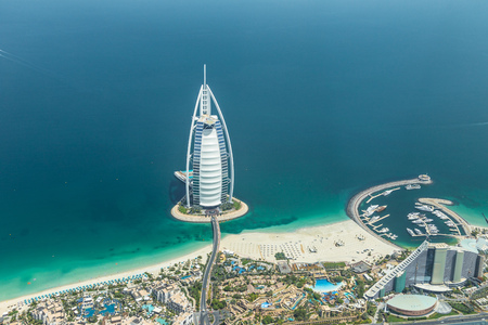 Photo pour DUBAI, UAE - MAY 28: Burj Al Arab hotel on May 28, 2018 in Dubai, UAE. Burj Al Arab is a luxury unofficial 7star hotel built on an artificial island in front of Jumeirah beach. View from hydroplane. - image libre de droit