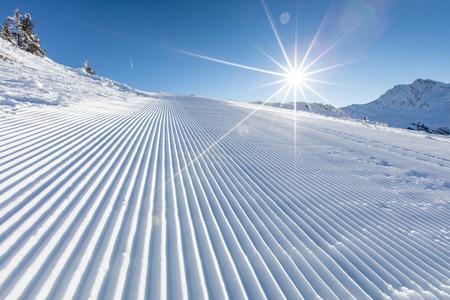 Foto de Fresh snow on ski slope during sunny day. - Imagen libre de derechos