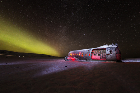 Photo pour Solheimasandur plane wreck with active norhtern lights, Iceland. - image libre de droit