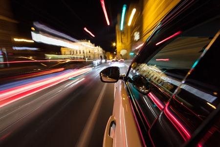 Photo pour Speeding car driving in a night city. - image libre de droit