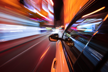 Photo pour Speeding car driving in a night city. - image libre de droit
