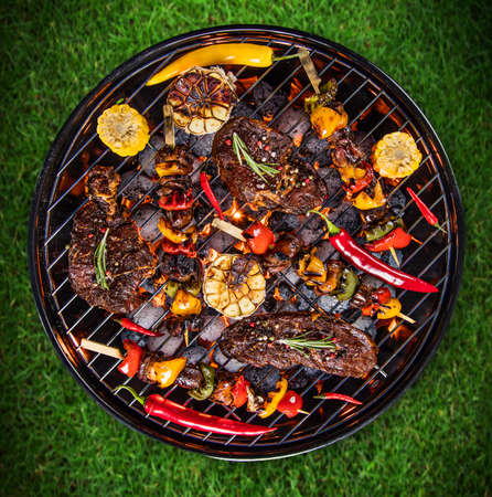 Photo pour Top view of fresh meat and vegetable on grill - image libre de droit