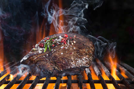 Photo pour Delicious grilled beef steak on a barbecue grill - image libre de droit