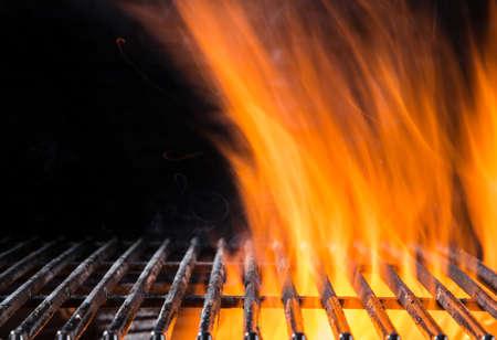 Photo pour Empty flaming cast iron grate charcoal grill with open fire - image libre de droit
