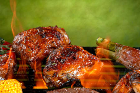 Photo pour Delicious grilled chicken legs on a barbecue grill - image libre de droit