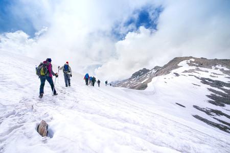 Photo pour climbers climbing mountain with snow field - image libre de droit