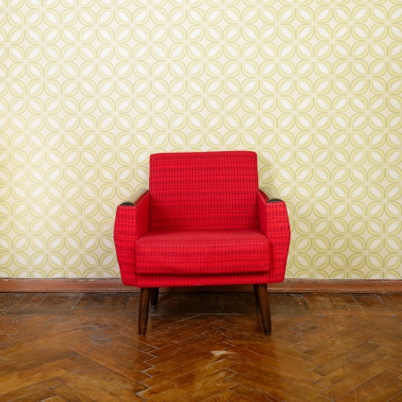 Photo pour Vintage room with old fashioned red armchair, wallpaper and weathered wooden parquet floor - image libre de droit